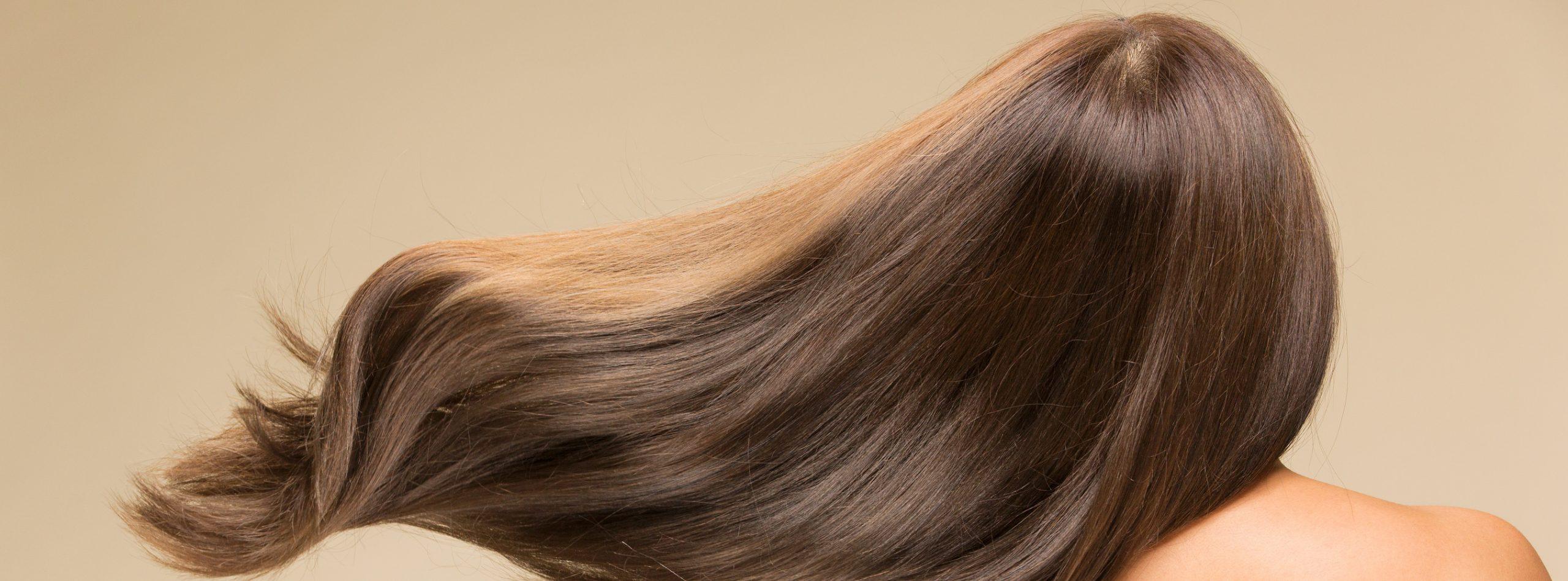 Frau mit langem, kastanienbraunen Haar